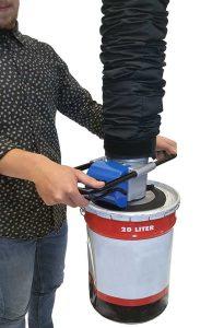 Lyft av plåttunna med hjälp av Prilift Vakuumlyft.